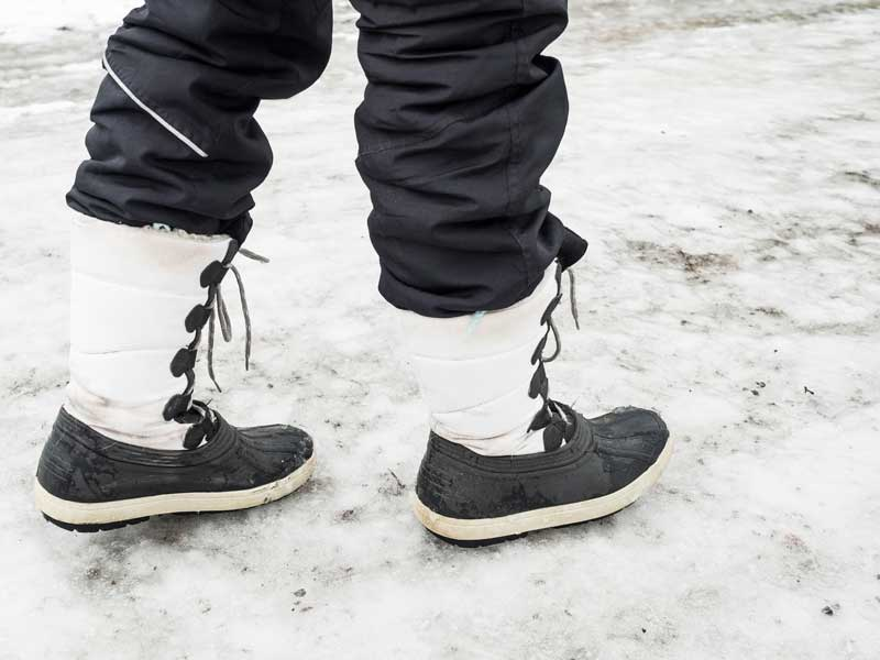 圧雪路面の上に歩いているお母さん