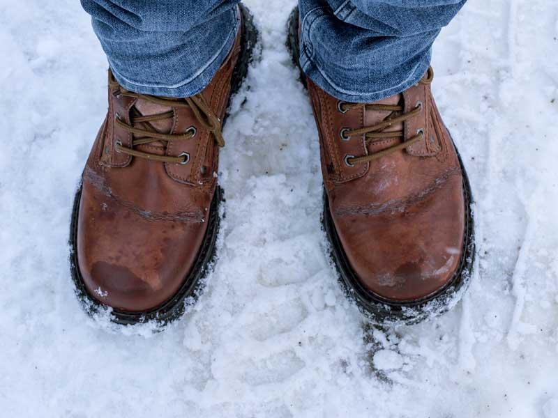 雪で濡れている靴