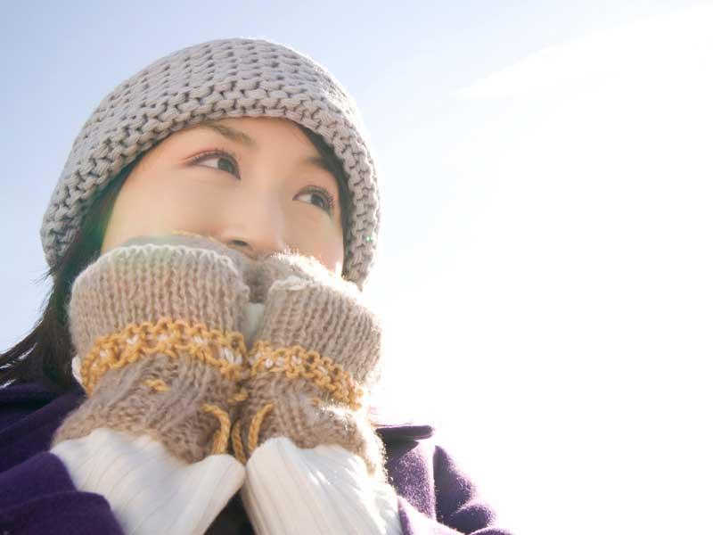 帽子と手袋をつけている女性