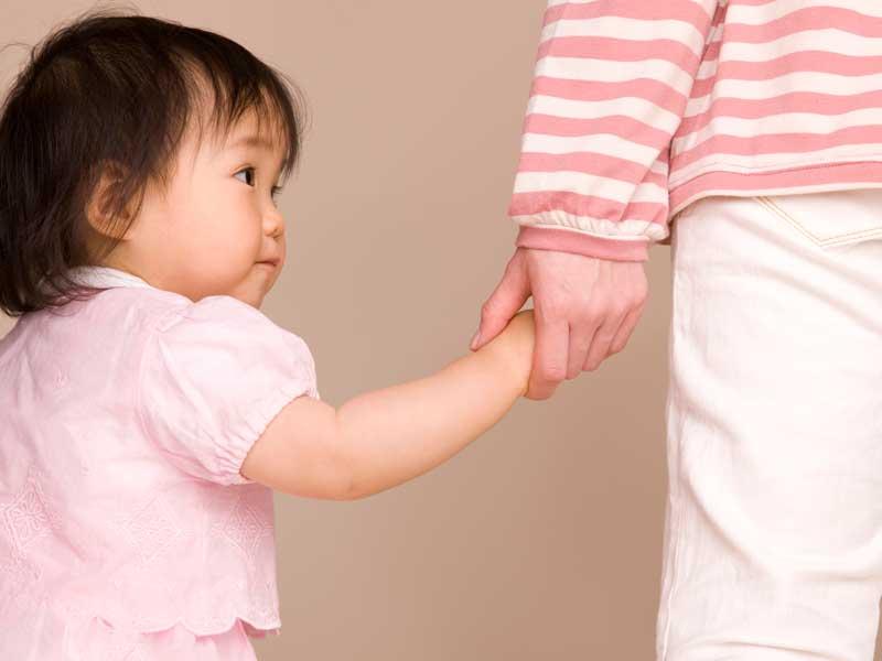 子供の手を繋ぐママの手