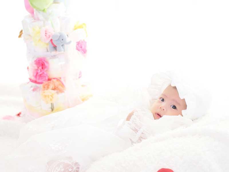 ベビードレスを着ている新生児