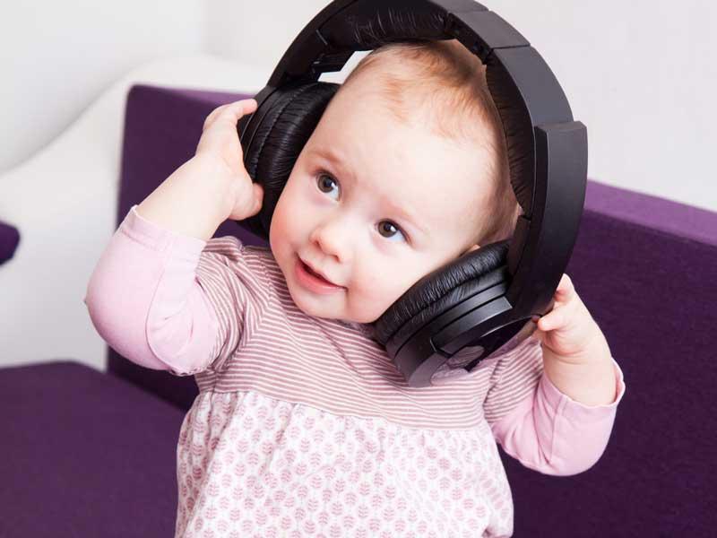 音楽を聴いている赤ちゃん