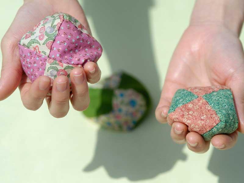 お手玉を握る子供の手