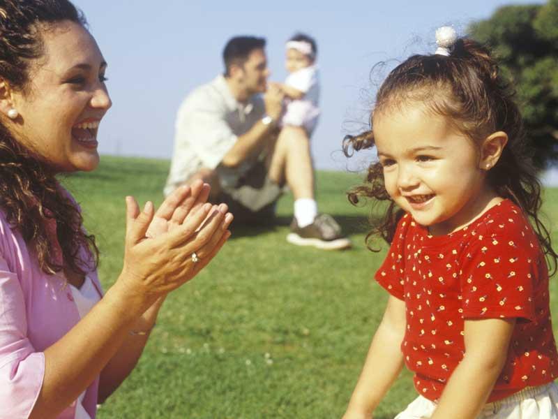 ママと遊んでいる外国の子供
