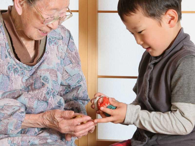 お手玉をおばあちゃんに作ってもらった男の子