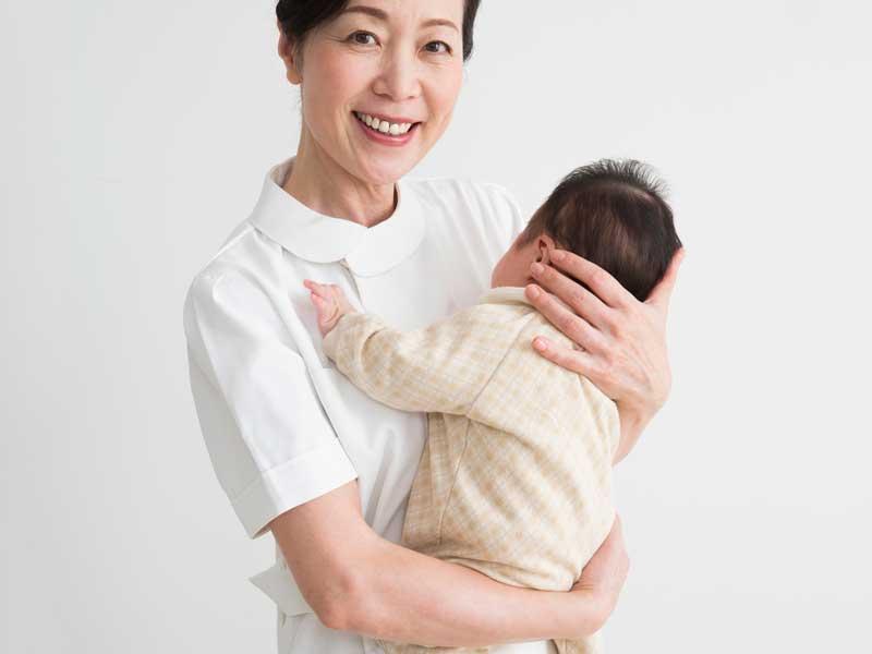 赤ちゃんを抱っこする看護婦さん