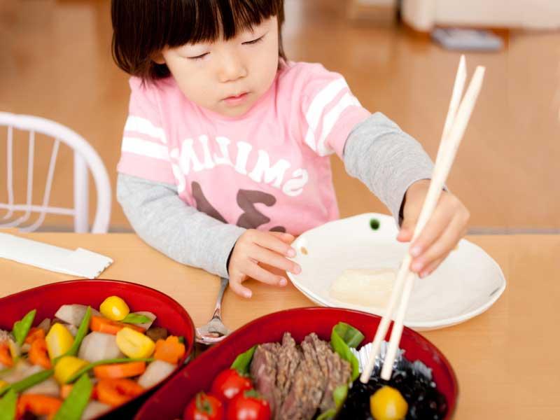 おせち料理を食べる女の子