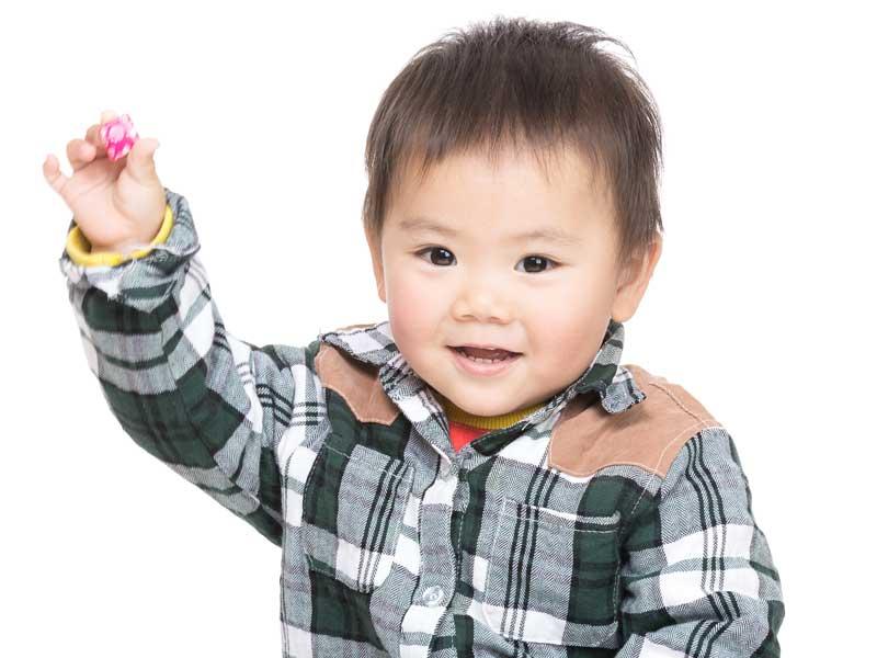 物を投げる幼児