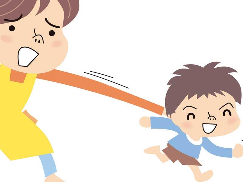 逃げる子供をつかまえるママのイラスト