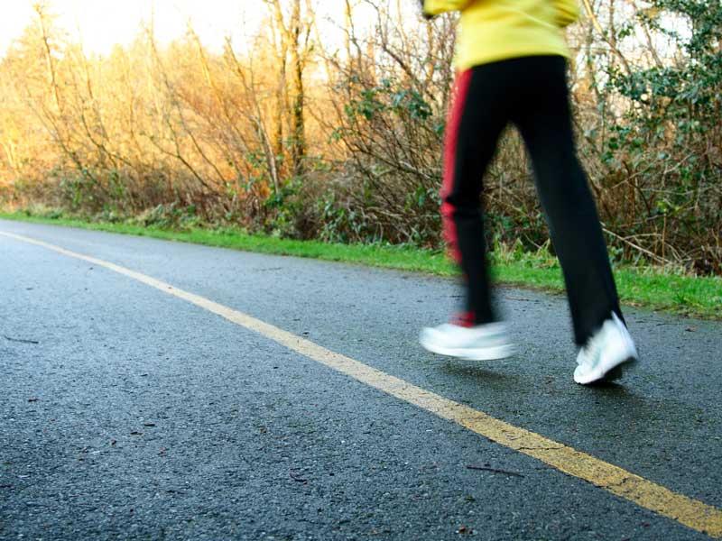 ジョギングをしている男性