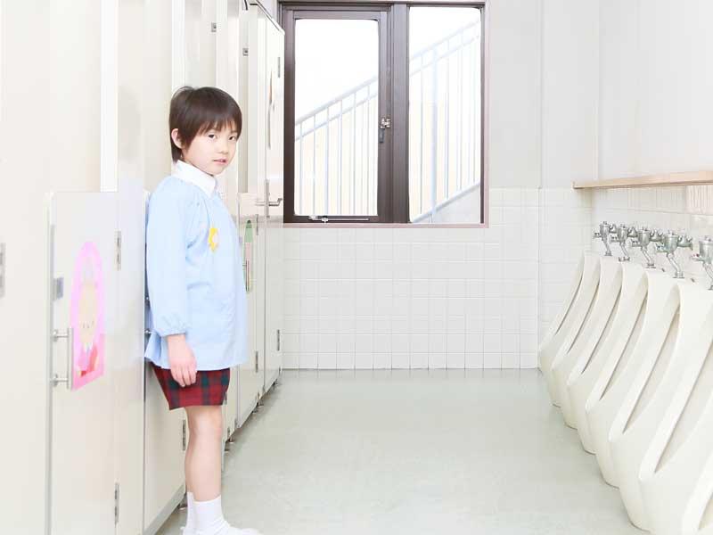 幼稚園のトイレにいる子供
