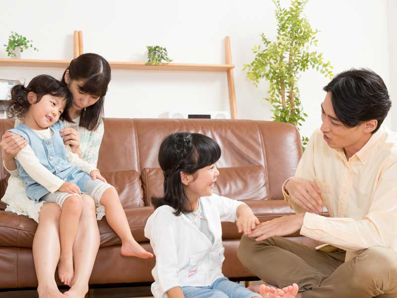 子供達と遊んでいる両親