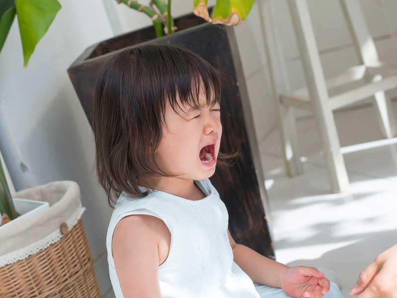 泣いている幼児