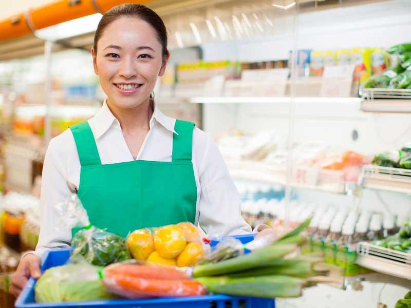 スーパーで働ているお母さん