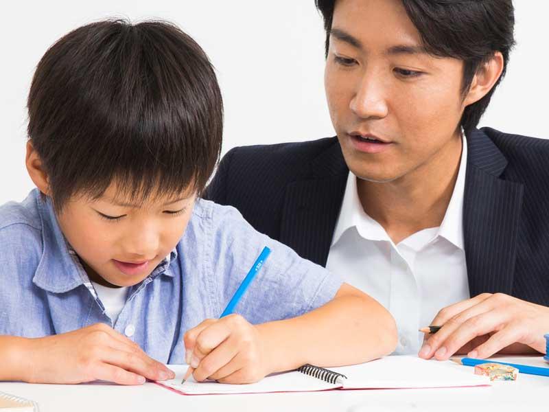 個別授業塾で勉強する男の子