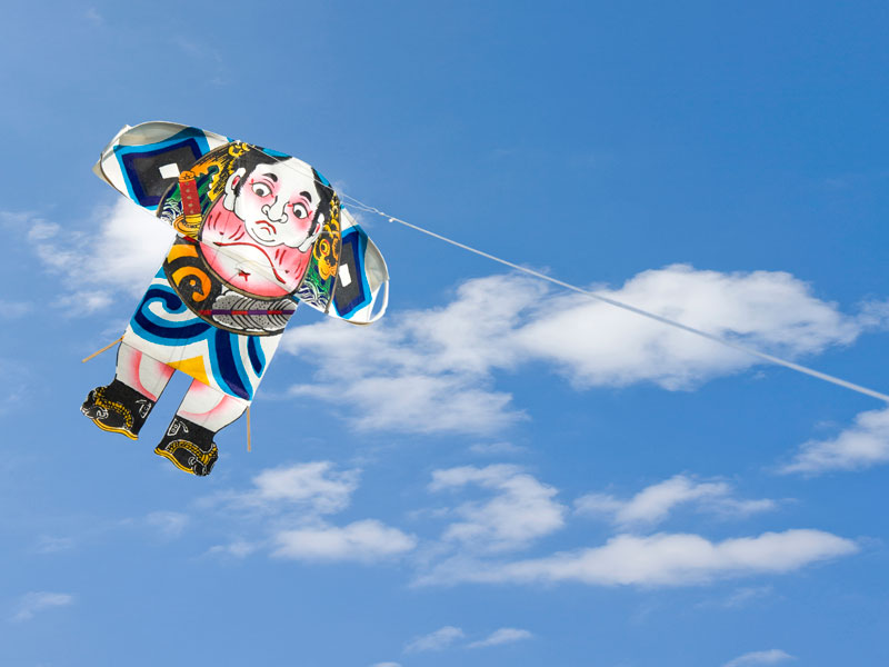 空に揚げっている凧