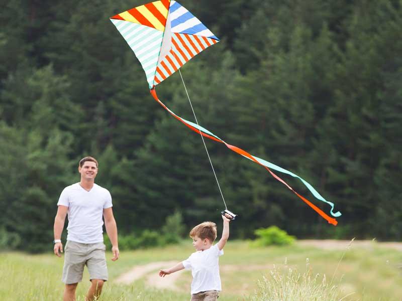 凧揚げをしている親子