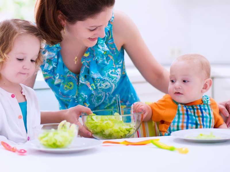家族と一緒に食事をしている赤ちゃん