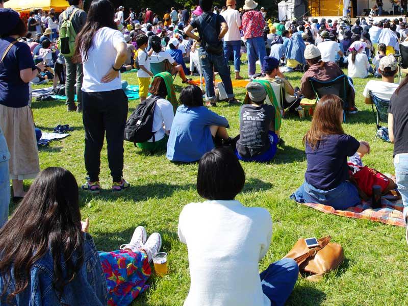 人混みの公園