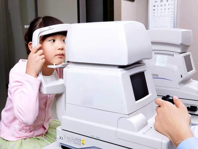 眼科で検査を受ける女の子