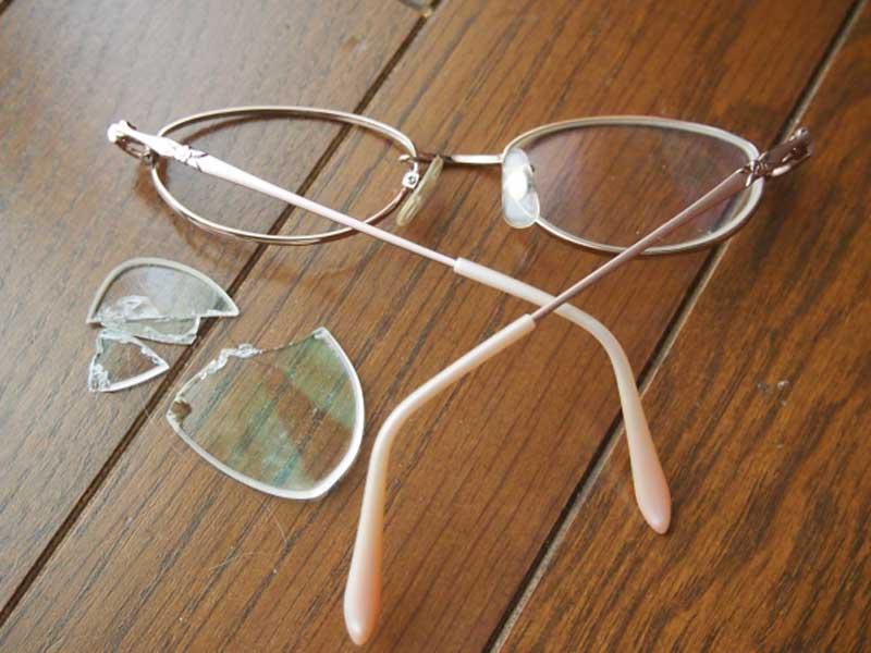 壊れたメガネ