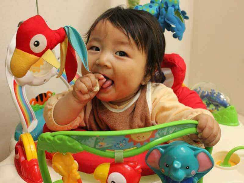 ベビーウォーカーで遊んでいる赤ちゃん