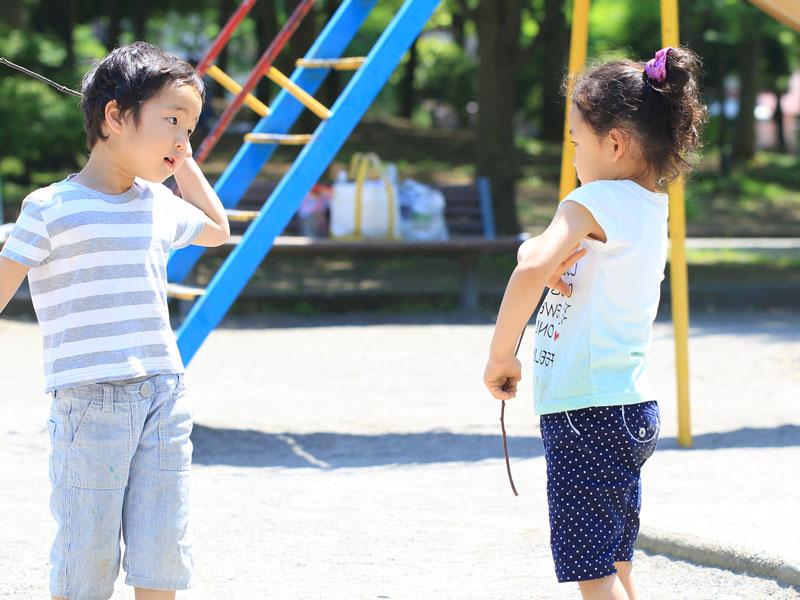 公園で遊んでいる子供達