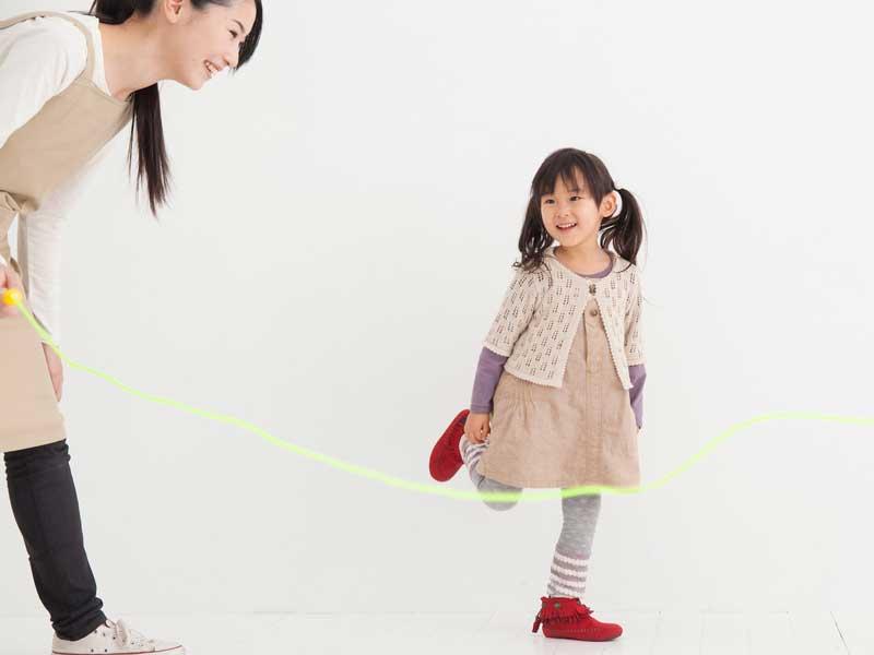 保育園の先生と楽しく遊ぶ女の子