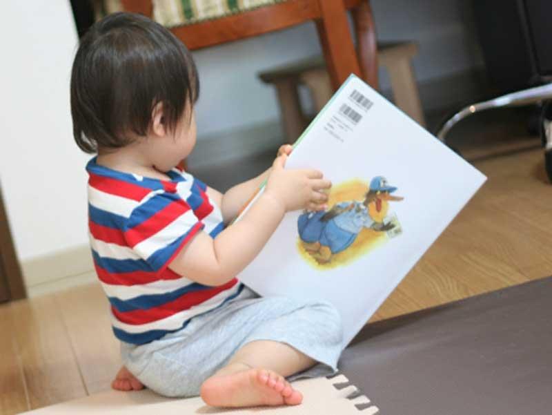 絵本を読んでいる子供