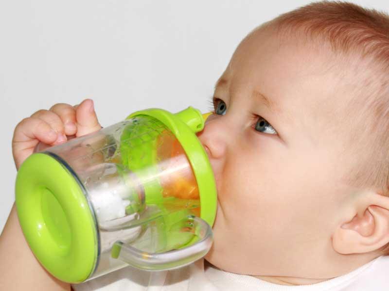 水を飲んでいる赤ちゃん