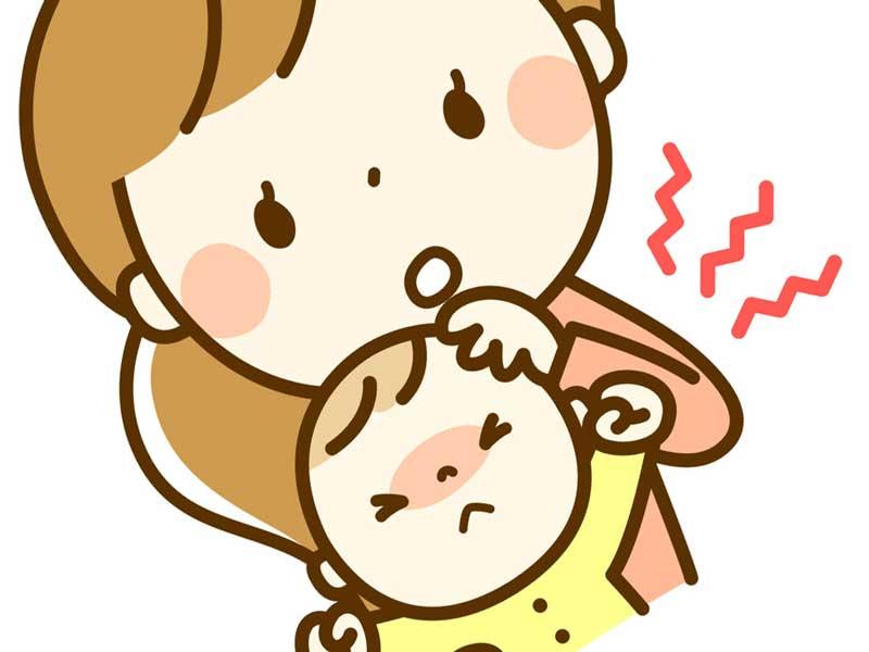 発熱の赤ちゃんを抱っこするママのイラスト