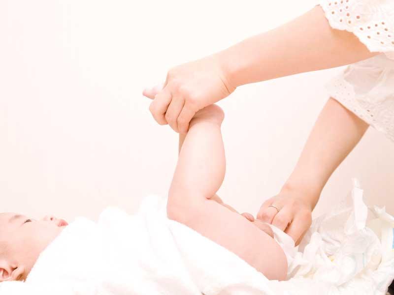 赤ちゃんにおむつ交換