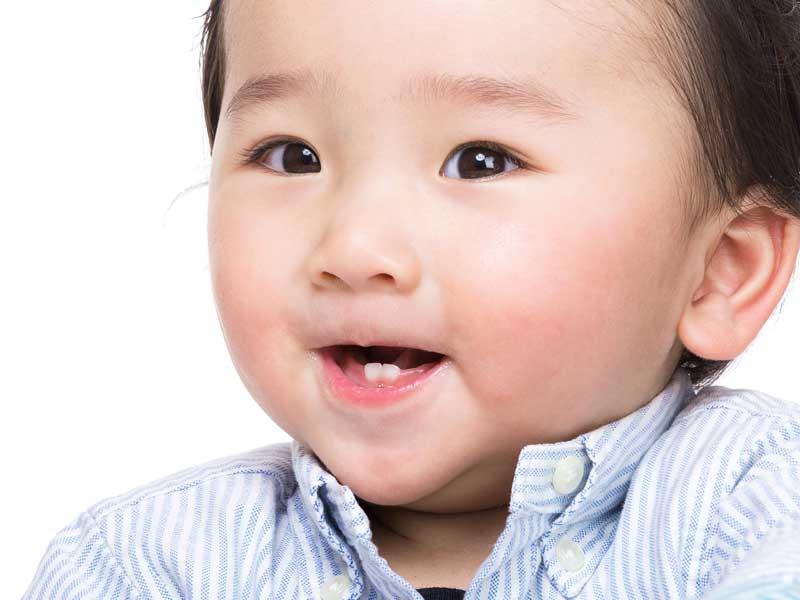 下の歯が2本生えた赤ちゃん