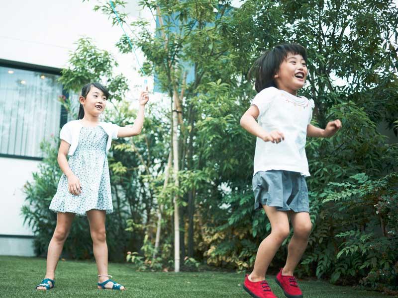 家の庭で遊ぶ子供達