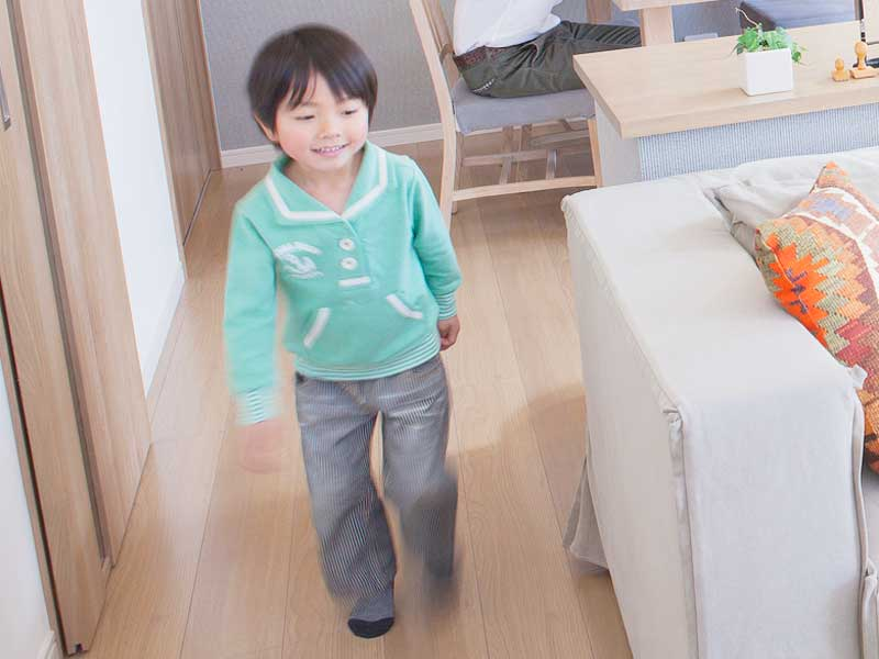 家の中で走る男の子