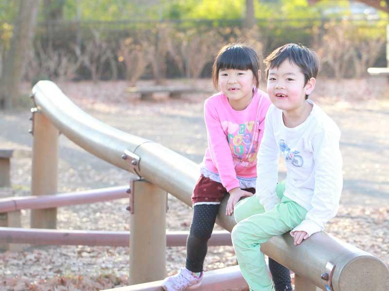 公園で遊んでいる兄弟
