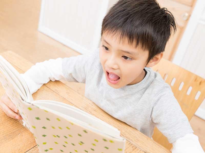 本を読んでいる男の子