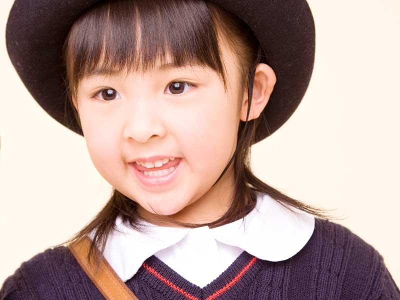 笑顔の幼稚園の女の子
