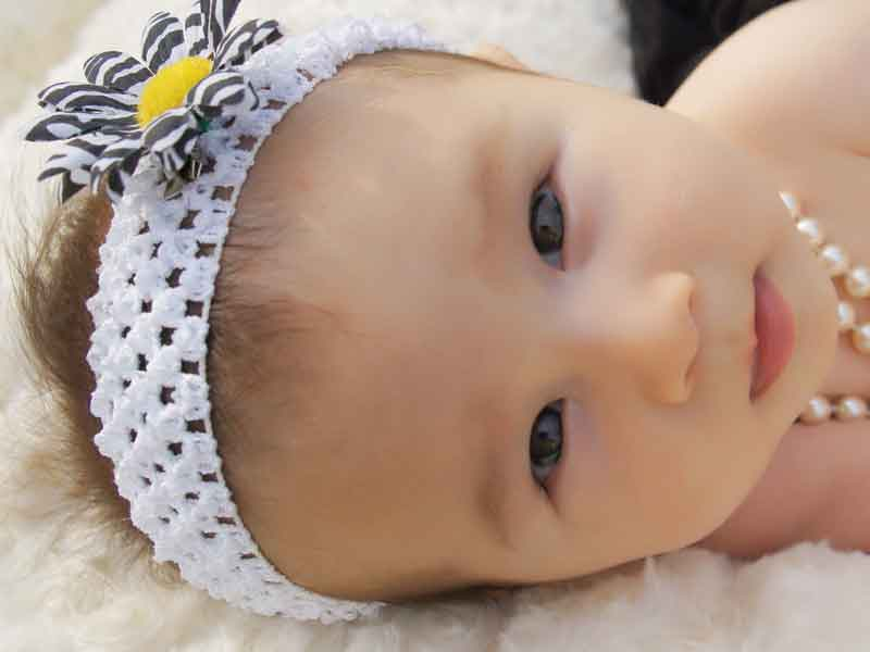 ヘアバンドをつけている赤ちゃん