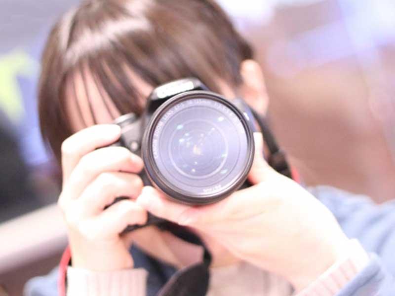 カメラを持つお母さん