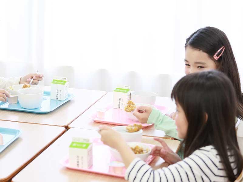 給食を食べる子供達