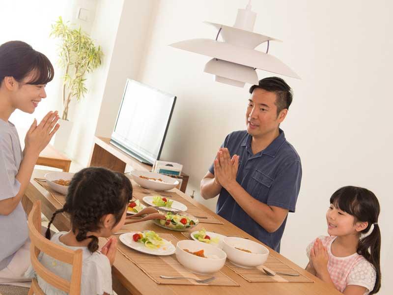 食事をしている家族