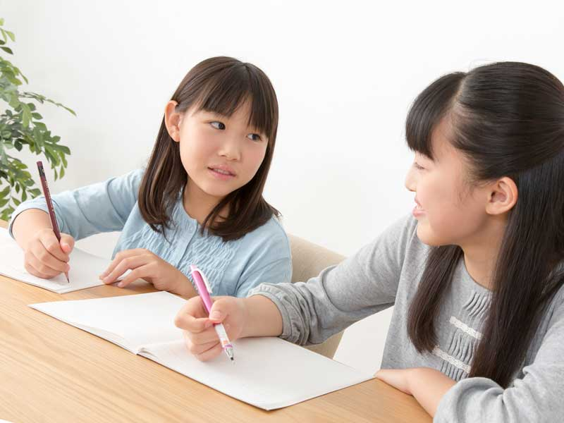 勉強をしている姉妹