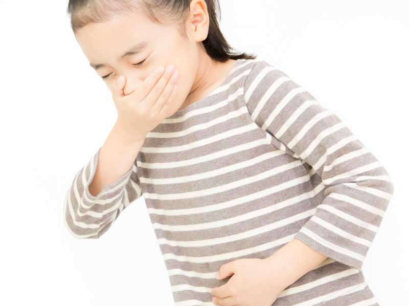 腹痛と吐き気の女の子