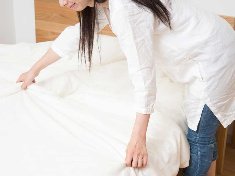 布団を触る女性