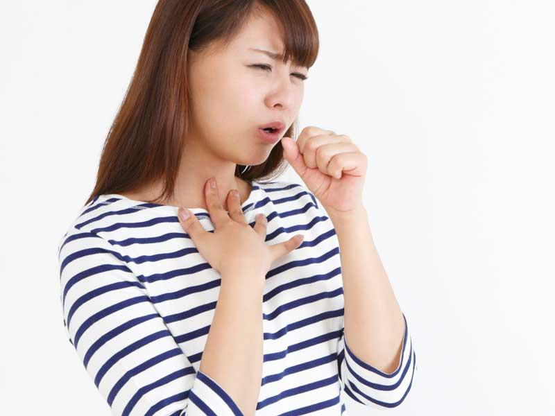 咳をする主婦