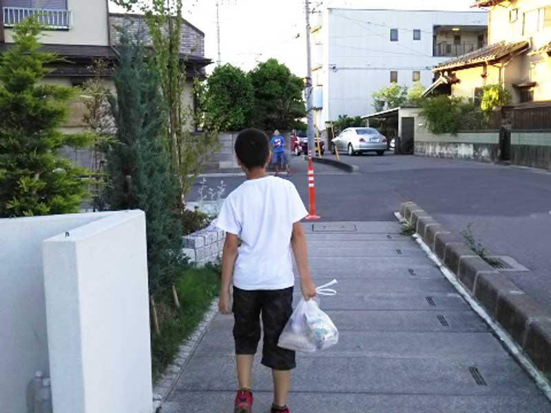 買い物のお手伝いする男の子