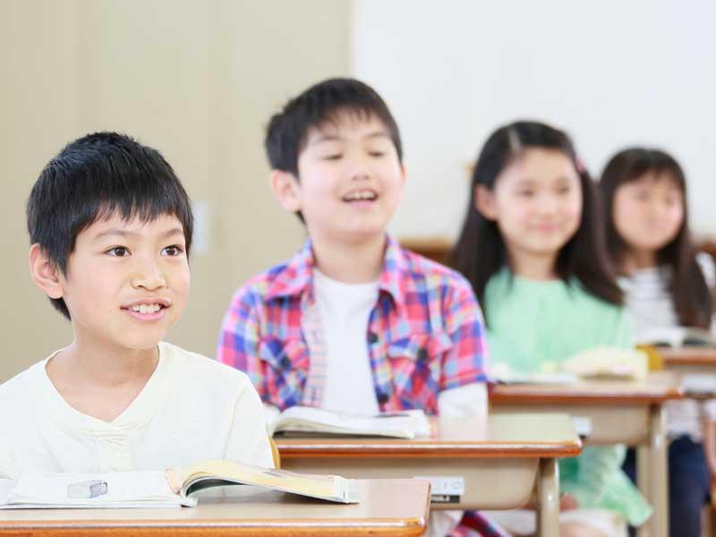 授業中の小学生達