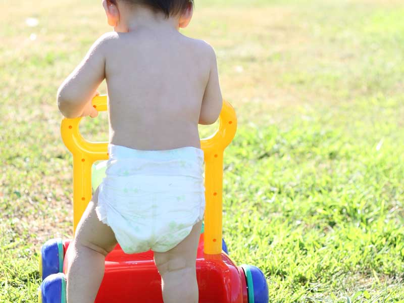 公園で手押し車で遊ぶ赤ちゃん