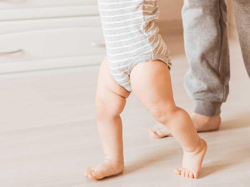 歩く練習する赤ちゃんの足